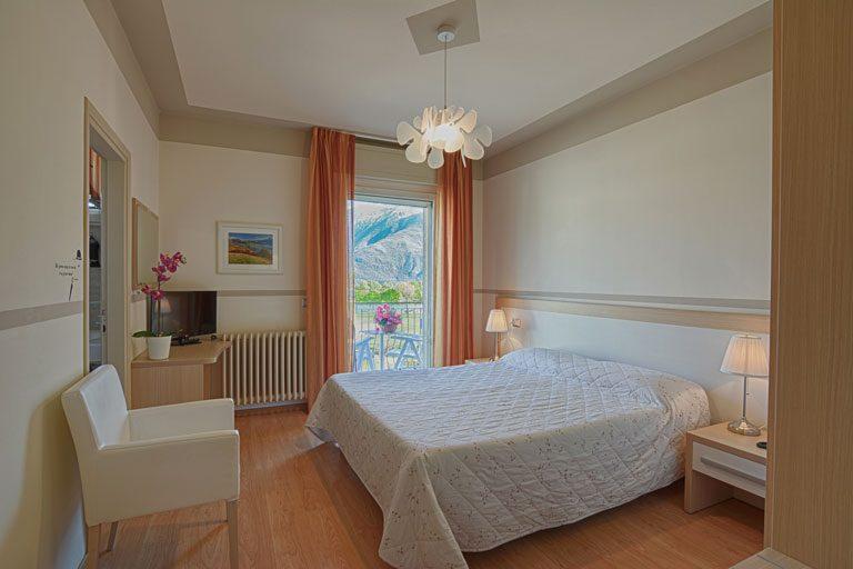 Camera con balcone e vista lago
